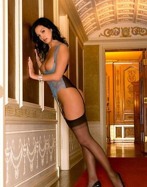 Темноволосая проститутка в чулках в коридоре гостиницы крутит попкой