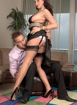 Менеджер большим членом натягивает в кабинете сисястую начальницу в чулках