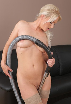 Мамка домохозяйка в чулках вместо уборки устраивает мужу шоу со стриптизом