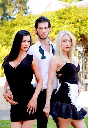 Красивые горничные в коротких платьях позируют перед зачетной групповушкой