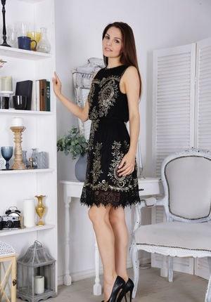 Стройняшка снимает платье и перед приятелем соблазнительно показывает пизденку