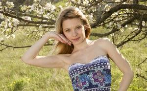 Русая девка на свежем воздухе снимает короткое платье в эротической фото сессии