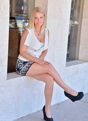 На публике длинноногая блондинка в короткой юбке светит перед приятелем пизденкой
