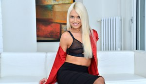 На кастинге блондинка в чулках снимает юбку и показывает узкую пилотку