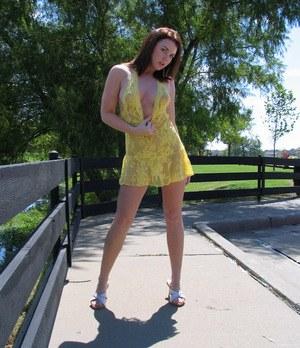 Жопастая чикса на улице приподнимает платье, показывая шикарную задницу