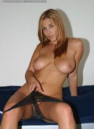 Во время стриптиза длинноногая красотка снимает юбочку и сексуальные трусики