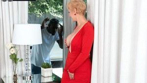 Пожилая блондинка в красном платье совратила соседского нигера на смачный минет