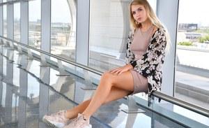 Загорелая блондинка перед зачетной мастурбацией позирует в обтягивающем платье