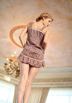 Худая телка в коротком платье на столе эротично раздевается на камеру