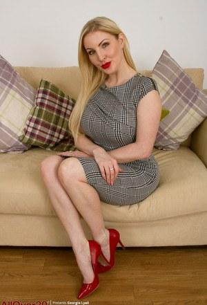 Сексуальная милфа снимает платье и нижнее белье, показывая сиськи и пизденку
