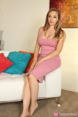 Модель с большими сиськами снимает платье и голой позирует перед фотографом