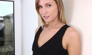 Блондинка снимает черное платье и трусики во время сольного стиптиза на кастинге