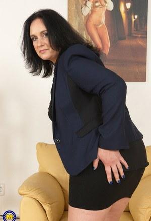 Зрелая сисястая брюнетка снимает юбку и дрочит манду длинным самотыком