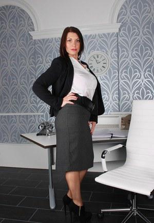 Взрослая бизнес вуман приподнимает юбку и показывает шикарную задницу