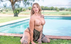 Возле бассейна чувак с большим членом ебет татуированную красотку во все дырки