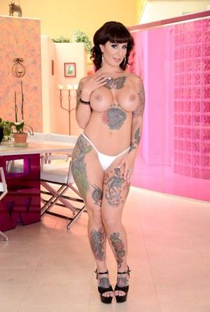 Татуированная мамка домохозяйка радует муженька стриптизом и большими сиськами