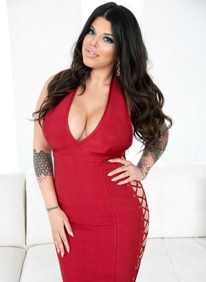 Татуированная мамка снимает красное платье и показывает большие сиськи