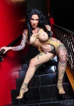 Сисястая стриптизерша с татуировками развлекает клиента видом больших буферов