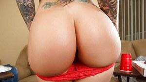 Татуированная сисястая рокерша в красном белье показывает грудь и бритую киску