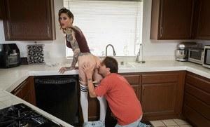 Отчим на кухне выебал татуированную шлюшку дочурку в соблазнительных гетрах