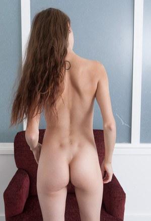 Худая девка с татуировкой на первом кастинге показывает агенту волосатую пизденку