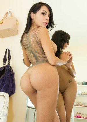 Грабитель натягивает большим хуем в тугую задницу татуированную сисястую брюнетку