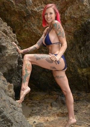 Снял на пляже татуированную сисястую красотку и выебал в кустах от первого лица