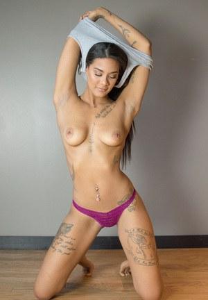Татуированная филиппинка на кастинге впервые раздевается перед камерой