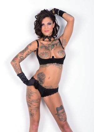 Жесткий анальный секс доводит до оргазма похотливую татуированную брюнетку