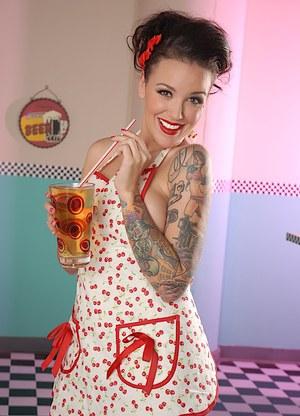 Татуированная официантка с большими сиськами в кафешке замутила стриптиз для бармена