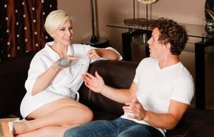 Татуированная массажистка с натуральными сиськами активно скачет на члене клиента