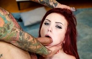 Рыжая татуированная сосалка делает смачный минет от первого лица