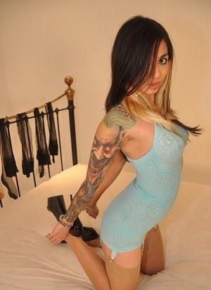 Татуированная модель в чулках позирует в сессии для настоящих фетишистов