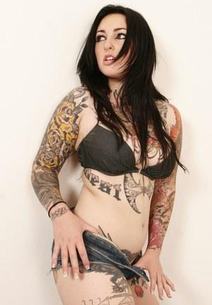 Татуированные брюнетки лесбиянки лижут друг дружке пилотки и активно фистят попки