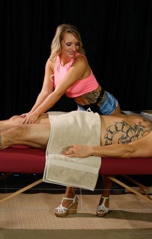 Татуированную сисястую массажистку клиенты в МЖМ натягивают на два ствола