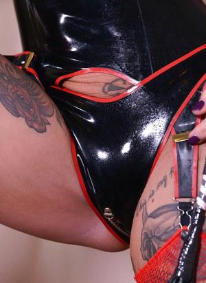 Татуированная шалава в чулках на лестнице трахает вагину большим самотыком