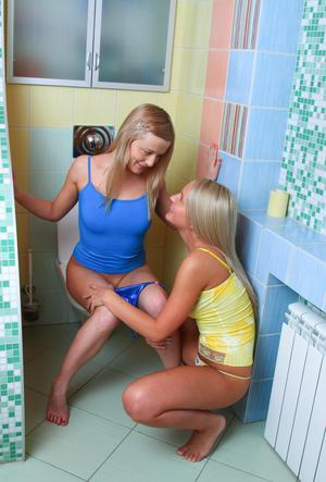 Молодые блондинки лесбиянки не удержались и потрахались прямо в душевой