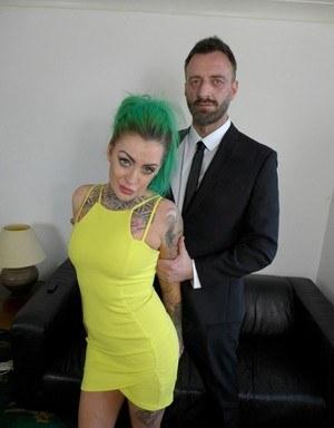 Татуированная шлюшка с зелеными волосами с готовностью раздевается на кастинге