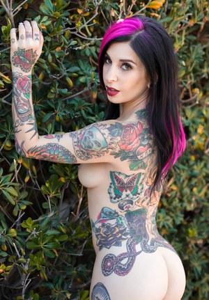 Татуированная модель устроила эротическую сессию на природе в парке