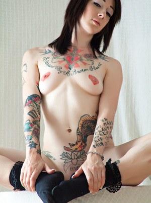 Татуированная неформалка снимает корсет и позволяет любоваться шикарным телом