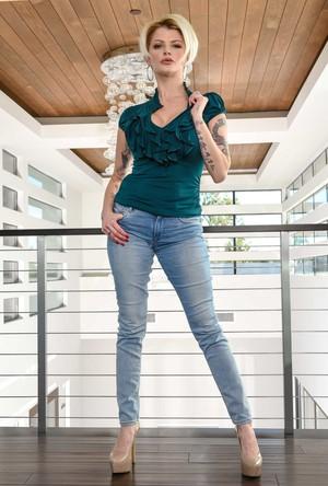 Блондинка с татуировками в офисе показывает большие сиськи будущему боссу