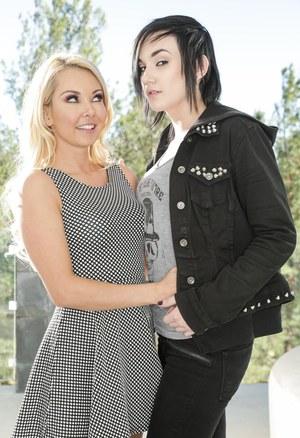 Татуированная лесбиянка с блондинистой подругой позируют на свежем воздухе