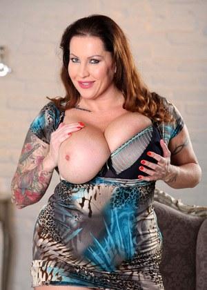 Татуированная толстенькая мамка демонстрирует любовнику большие сиськи