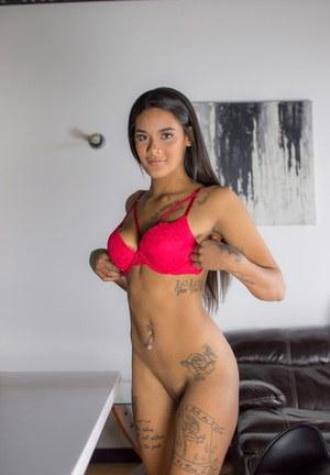 Татуированная бразильская брюнетка на кастинге устроила яркий стриптиз