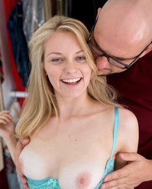 Лысый отчим ласкает дома сиськи стройной дочурке блондинке в трусиках
