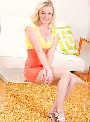 Блондинка в трусах сексуально изгибается и демонстрирует шикарную задницу