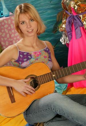 Молодая гитаристка сняла трусы и активно трахает бритую пизду самотыком