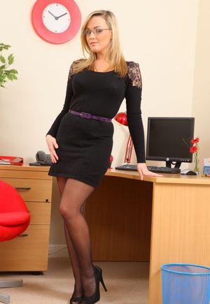 На работе секретарша в чулках показывает боссу небольшой стриптиз и белые трусики