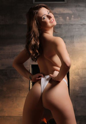 Брюнетка ловко сняла платье и трусики, чтобы показать сиськи и пизденку