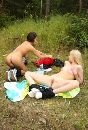 На пикнике молодые лесбиянки разделись и трахают друг дружку секс игрушками